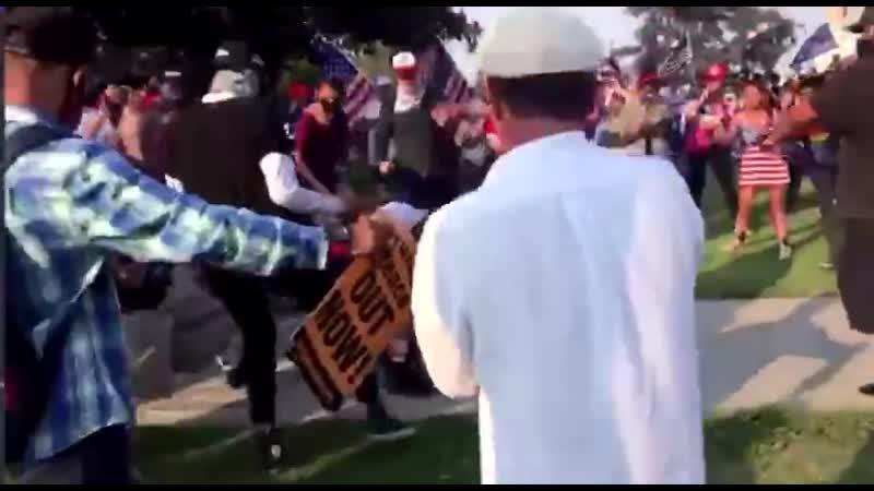 Беверли Хиллз BLMщик нападает на сторонника Трампа