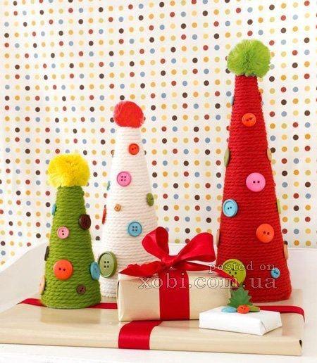 НОВОГОДНЯЯ ЁЛОЧКА ИЗ ПРЯЖИ И ПУГОВИЦ Чтобы сделать новогоднюю ёлочку из пряжи и пуговиц, понадобятся такие материалы: - заготовки конусообразной формы из пенопласта или картона; - пряжа 3-х