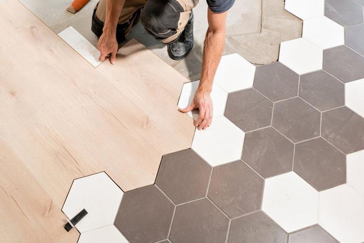 Встретились ламинат и плитка: как состыковать разные материалы на полу без порожка и щелей., изображение №11