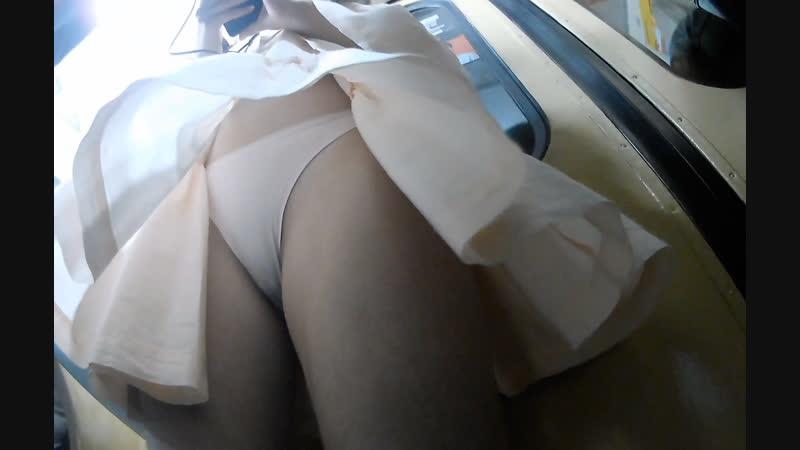 Шикарная девочка в метро и её красота под юбкой, трусики и