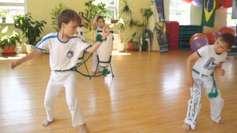 Дети показывают мастер-класс по Капоэйре. Capoeira for kids