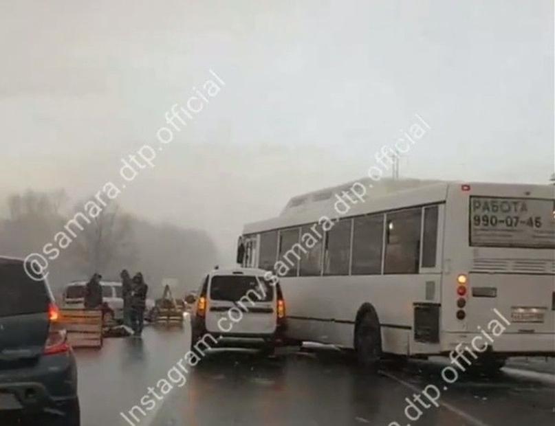 """В Самаре под колесами """"Ларгуса"""" погибла женщина, которая вышла из автобуса"""
