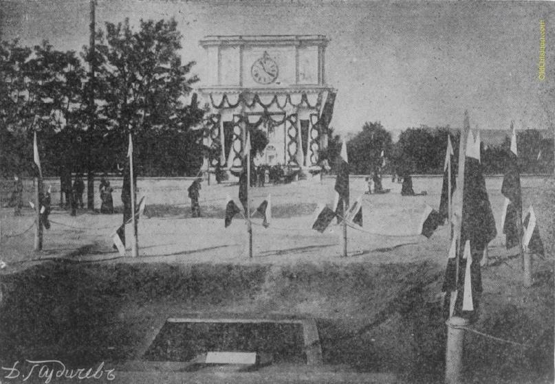 Место закладки памятника Императору Александру I на Александровской площади. На переднем плане плита, заложенная гофмейстером А. Н. Харузиным 17 мая 1912 года.