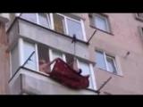 Спецоперация по спасению котенка с сушилки для белья на балконе